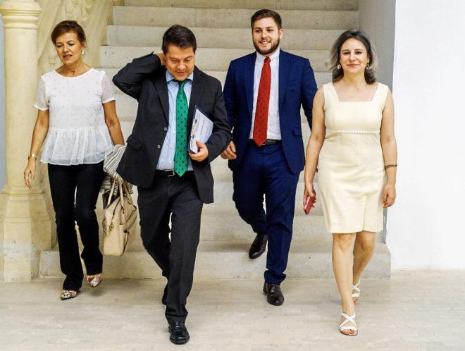 García-Page (con corbata verde), ayer antes de presidir la reunión...