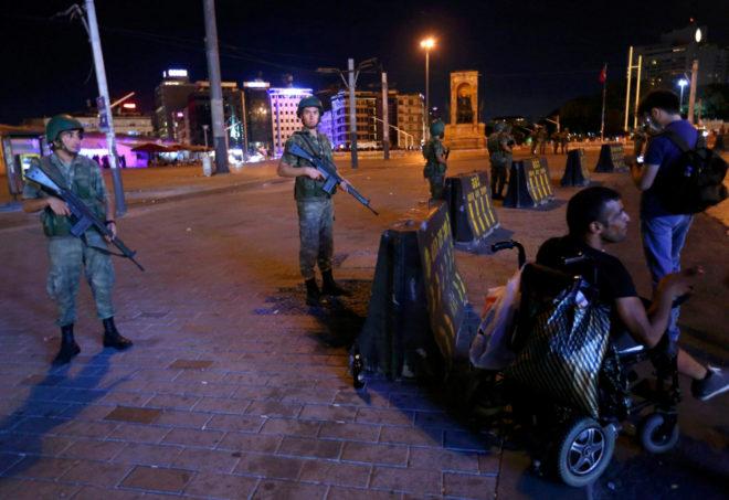 Varios militares junto a la plaza Taksim durante el golpe de Estado en julio de 2016.