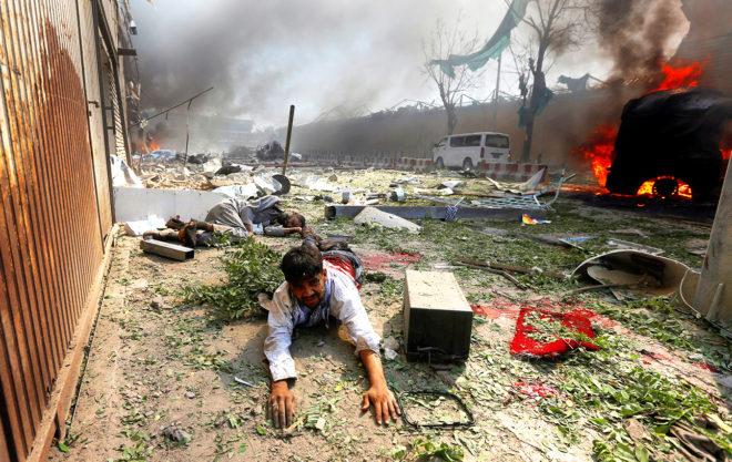 Un hombre yace en el suelo tras uno de los últimos ataques talibán en Kabul, en mayo.