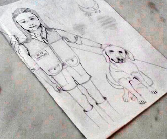 Su hija Manuela, con un perro y el ave que López cuidó entre rejas.