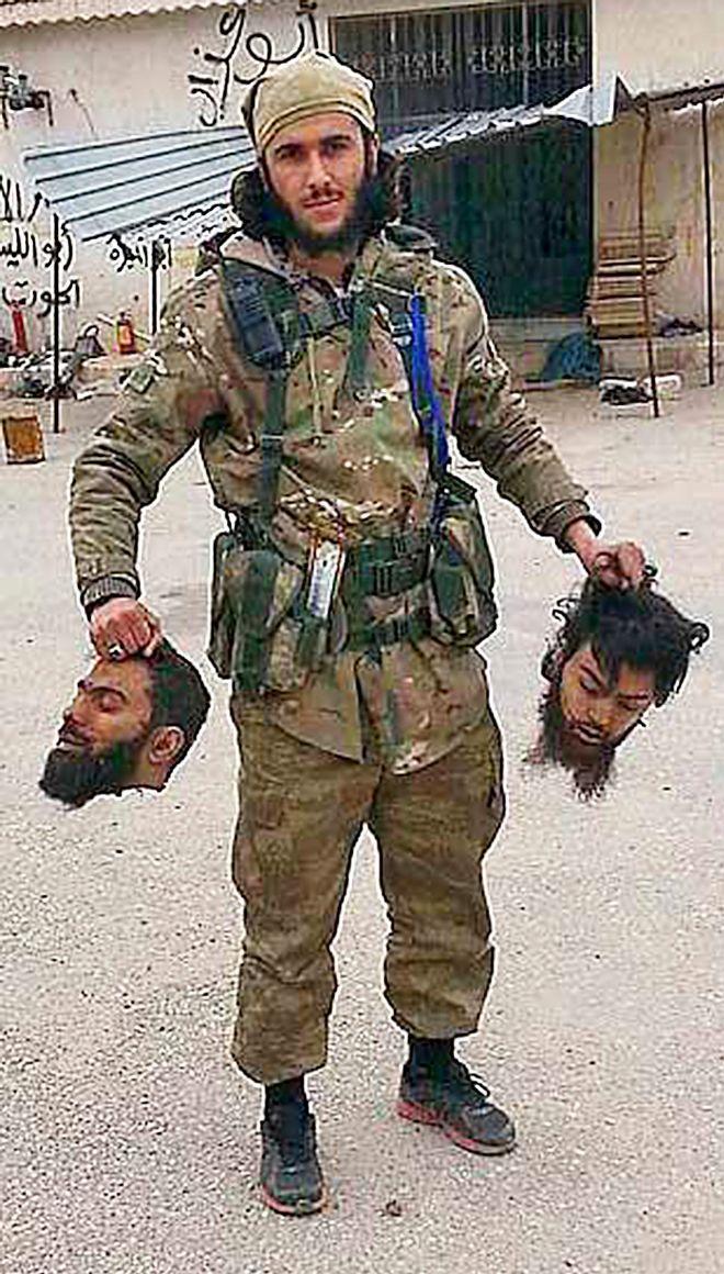 El yihadista Faruk, tras degollar a dos enemigos.
