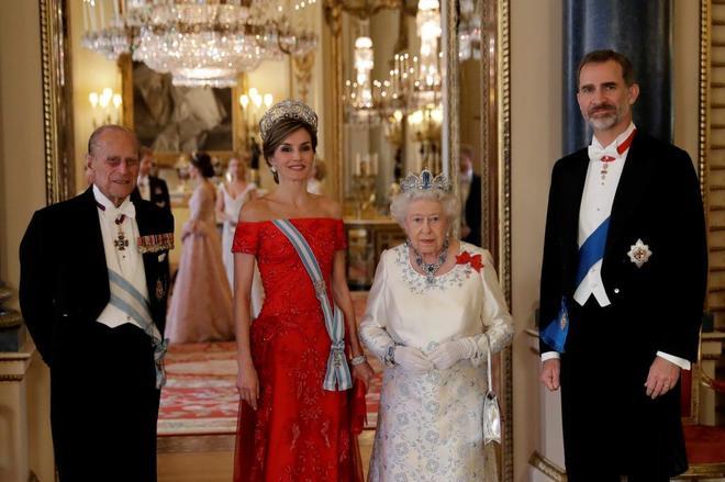 Los Reyes de España, con Isabel II y el duque de Edimburgo.