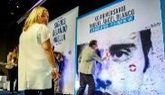 Mariano Rajoy firma sobre una foto de Miguel Ángel Blanco en...