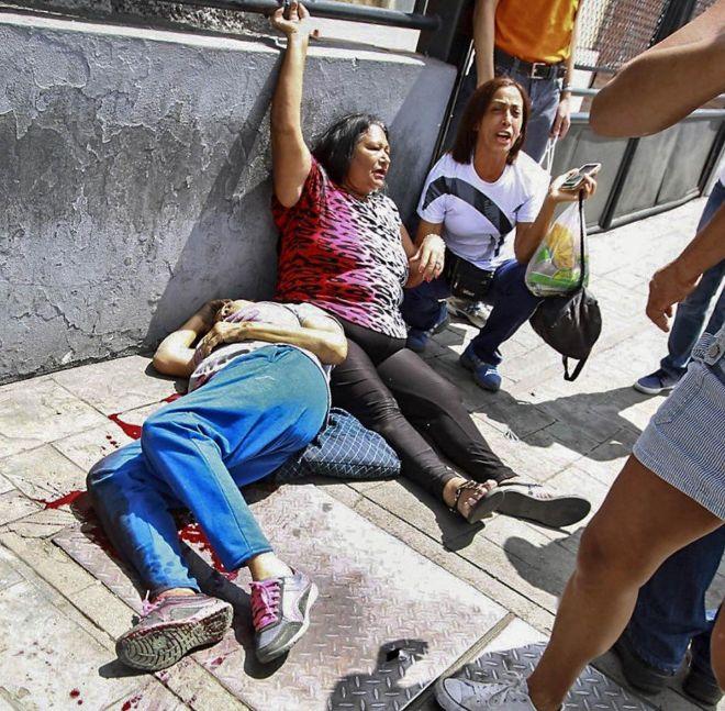 Dos mujeres yacen en el suelo tras un enfrentamiento.