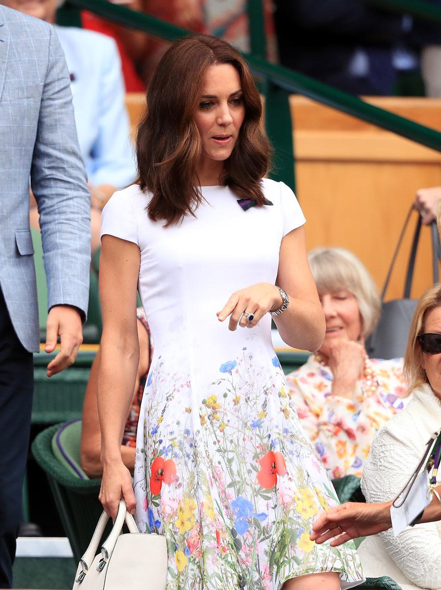 La duquesa de Cambridge apostó por un vestido blanco con estampado...