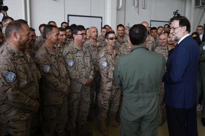 El presidente del Gobierno, Mariano Rajoy, charla con militares...