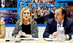 La presidenta madrileña, Cristina Cifuentes, junto a Jaime González...