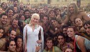 Emilia Clarke (Daenerys), con extras, en la plaza de toros de Osuna...