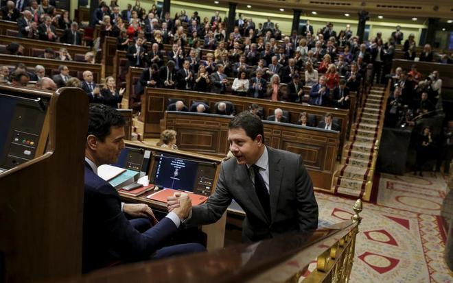 Pedro Sánchez y García-Page, en imagen de archivo, se dan la mano en...