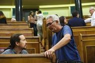 Diego Cañamero, diputado de Podemos, conversa con Pablo Iglesias en el Congreso.