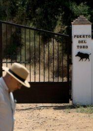 Entrada principal de la finca en la que Blesa presuntamente se suicidó.