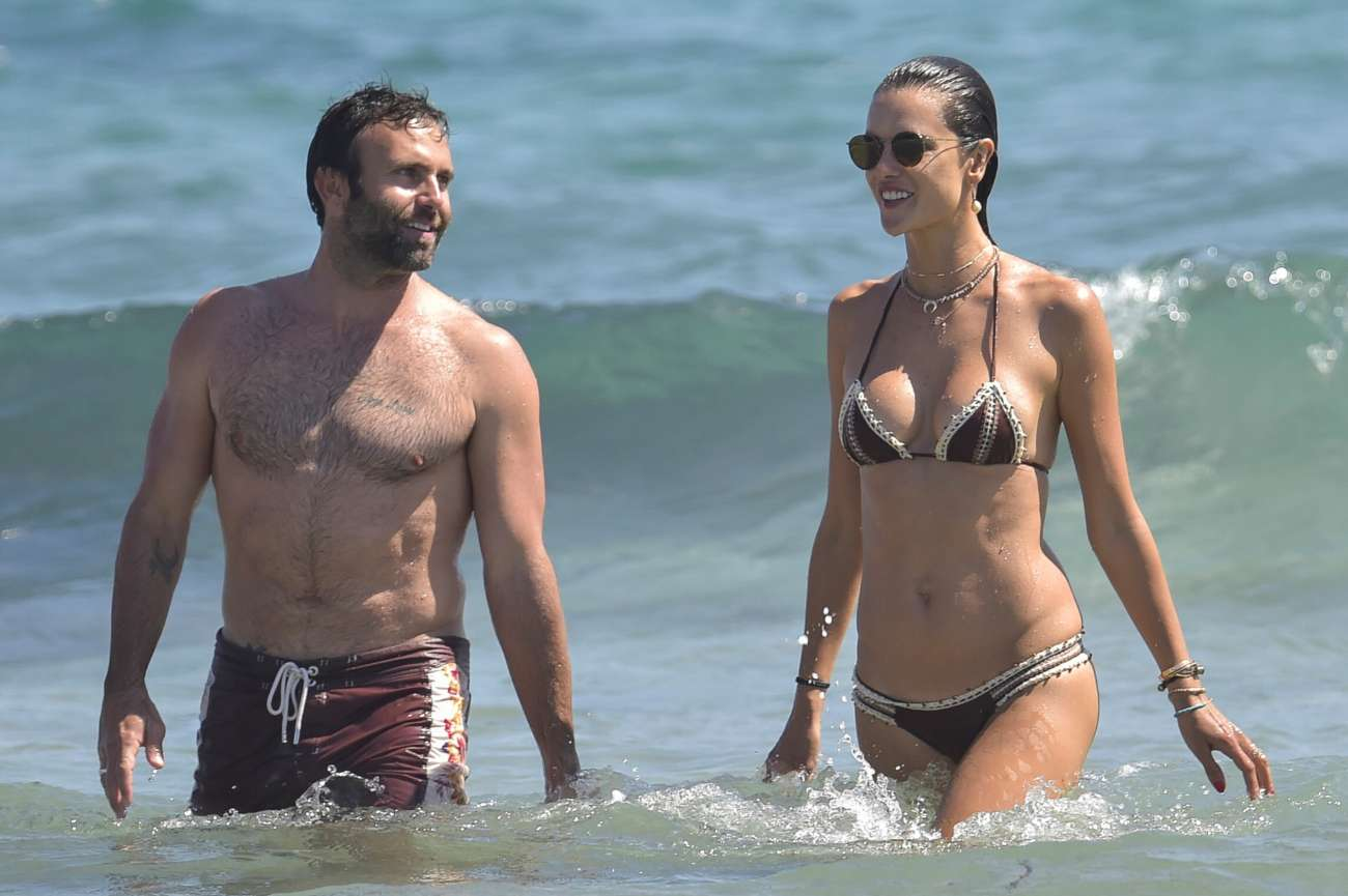 La modelo Alessandra Ambrosio junto a su pareja, Jamie Mazur,...