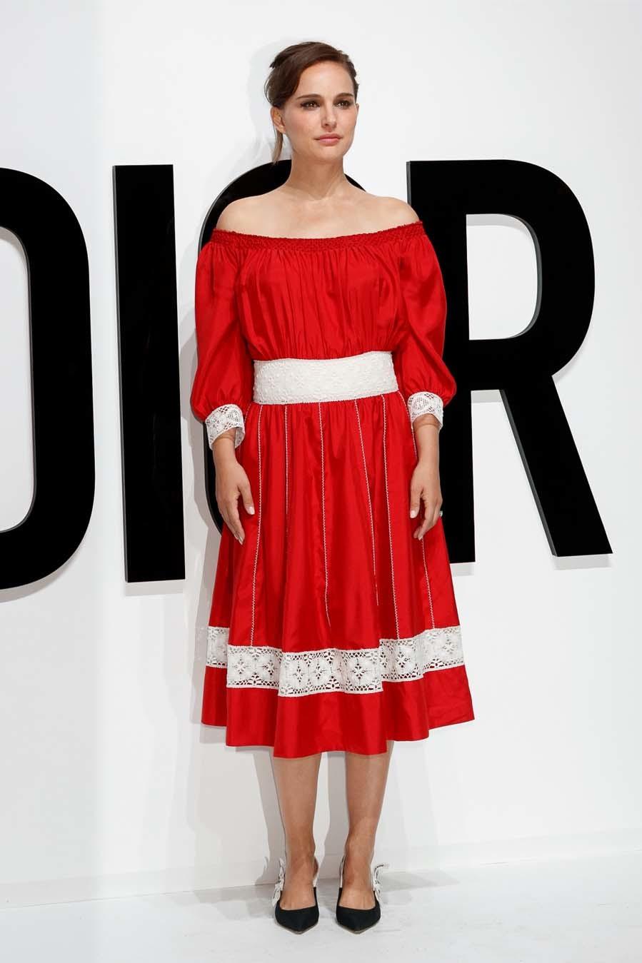 La actriz llevó un vestido rojo de Dior de la colección Resort 2018,...
