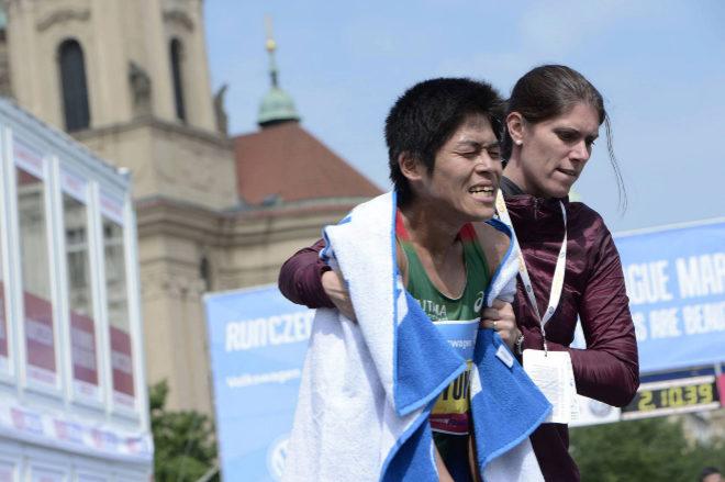 El corredor japonés, Yuki Kawauchi, tras atravesar la línea de meta...
