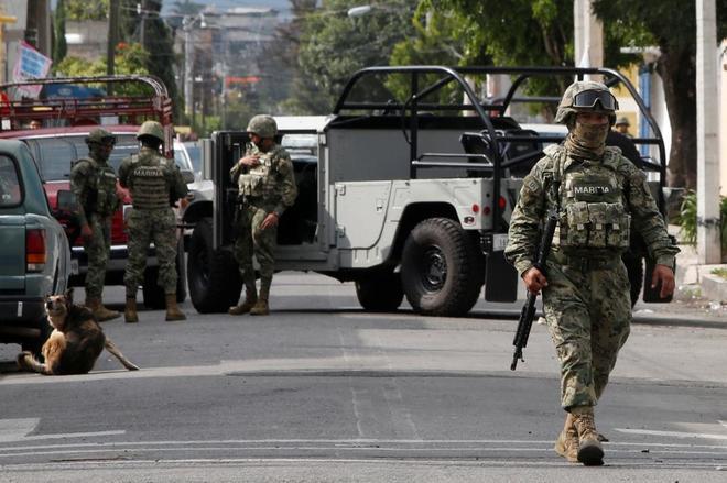 Un marine mexicano protege una zona restringida tras un tiroteo entre el ejército mexicano y miembros de bandas en Ciudad de México.
