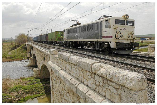 Un tren de mercancías operado por Renfe circulando por el corredor Valencia-Madrid. / EL MUNDO
