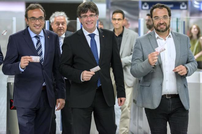 El presidente de la Generalitat, Carles Puigdemont, con el conseller...