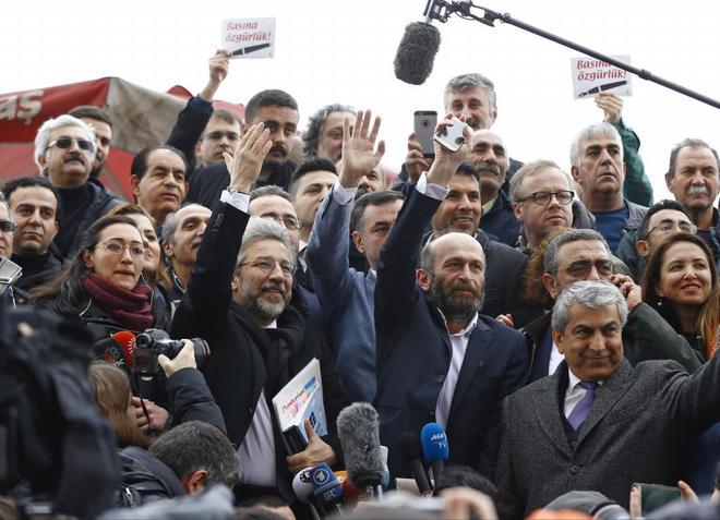 Can Dündar, director del 'Cumhuriyet' (con gafas en primera fila),...