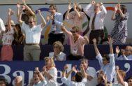 La Familia Real, varios ministros y el presidente de la Generalitat, Jordi Pujol, celebran un gol de España en la final de waterpolo contra Italia. La foto fue premiada con el Ortega y Gasset.