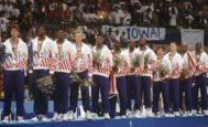 El 'Dream Team', en el podio de los Juegos de Barcelona, después de recoger su oro. De izda. a dcha: Laettner, Robinson, Ewing, Bird, Pippen, Jordan, Drexler, Malone, Stockton, Mullin, Barkley y Johnson.