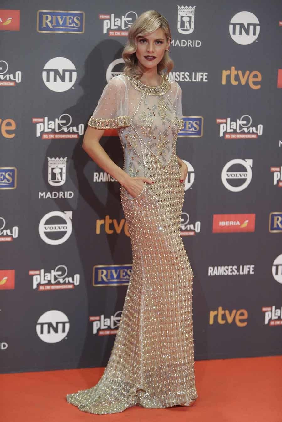 La actriz llevó un vestido con transparencias y apliques en tonos...