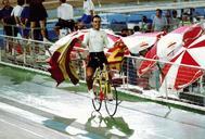 José Manuel Moreno llevó la bandera española y una senyera en la vuelta de honor del circuito.