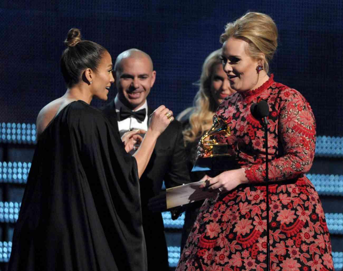 Jennifer Lopez y Pitbull entregan un premio Grammy en 2013 en Los...
