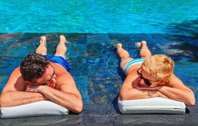 Una pareja tumbada en la piscina