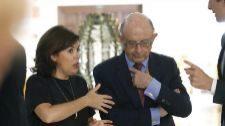 Soraya Sáenz de Santamaría conversa con el ministro de Hacienda,...