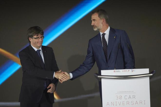 El Rey Felipe VI y el presidente de la Generalitat, Carles Puigdemont...