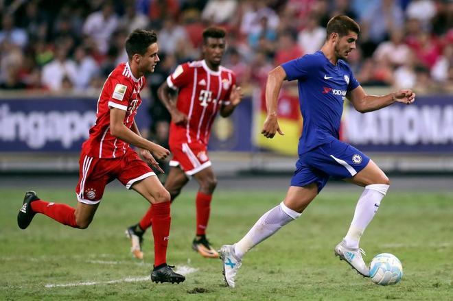 Morata conduce el balón en su estreno con el Chelsea frente al Bayern.