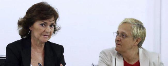 La secretaria de Igualdad del PSOE, Carmen Calvo, hoy, junto a la...