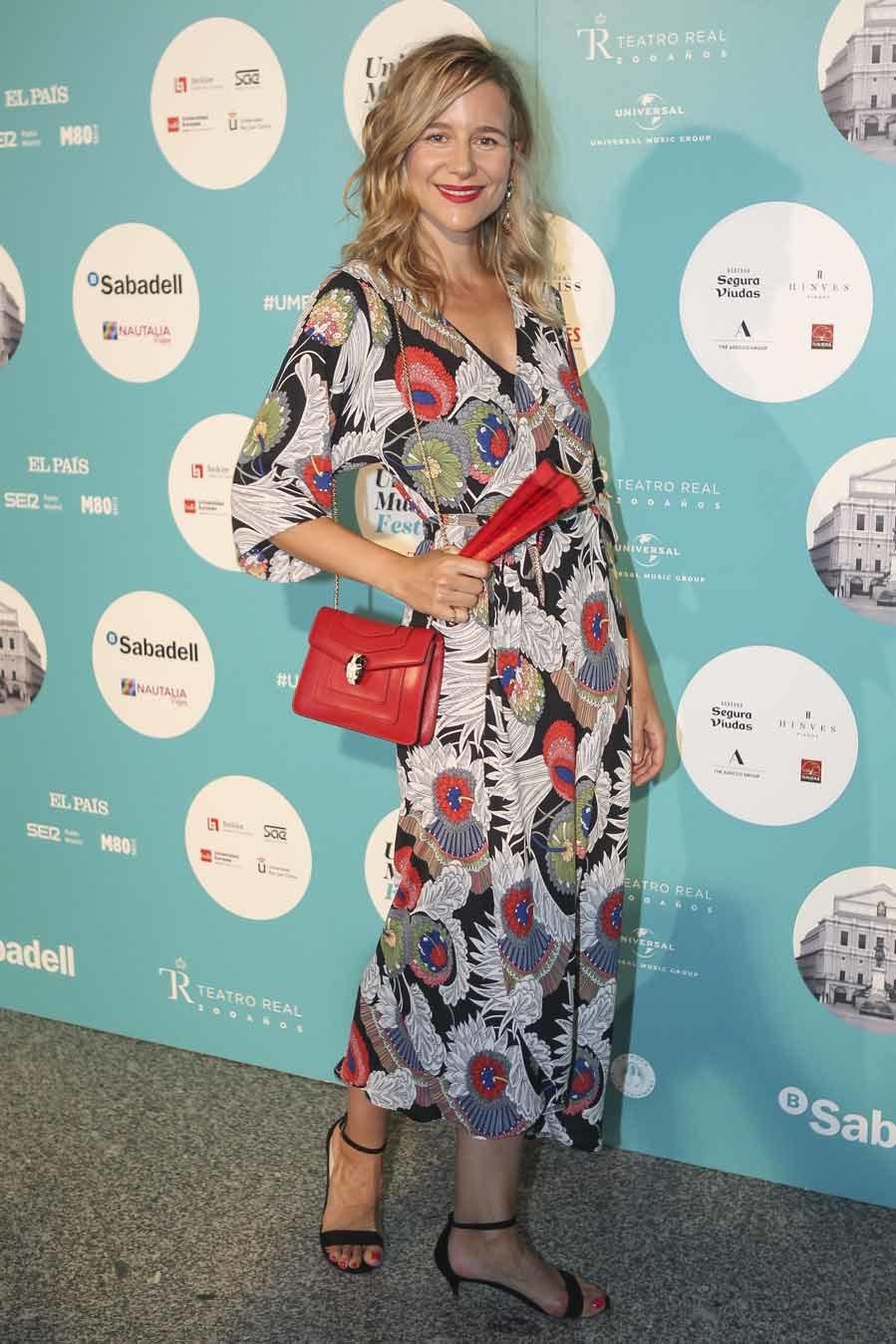 María lució un vestido de la firma Carly Harris que complementó con...
