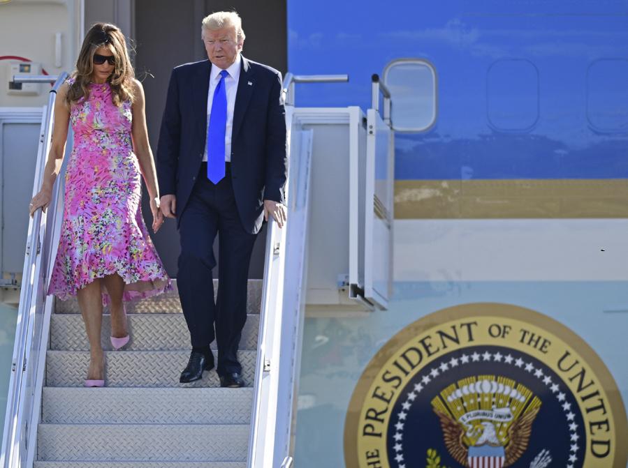 La primera dama junto a su marido baja del avión presidencial en...