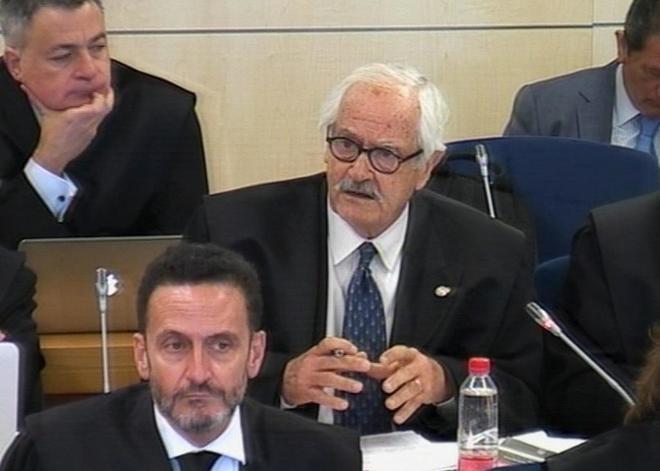 El abogado de Adade, Mariano Benítez de Lugo, durante su...