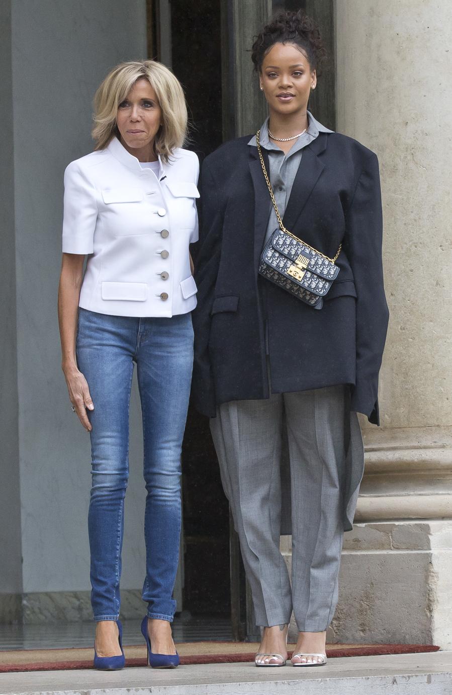 La primera dama recibió a Rihanna en el Elíseo con su habitual...