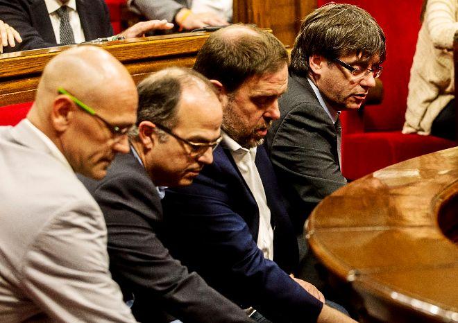 (Dcha. a izda.) El presidente de la Generalitat, Carles Puigdemont, junto al vicepresidente Oriol Junqueras y los consellers de la Presidencia, Jordi Turull, y de Exteriores, Raül Romeva, votando en el 'Parlament'.