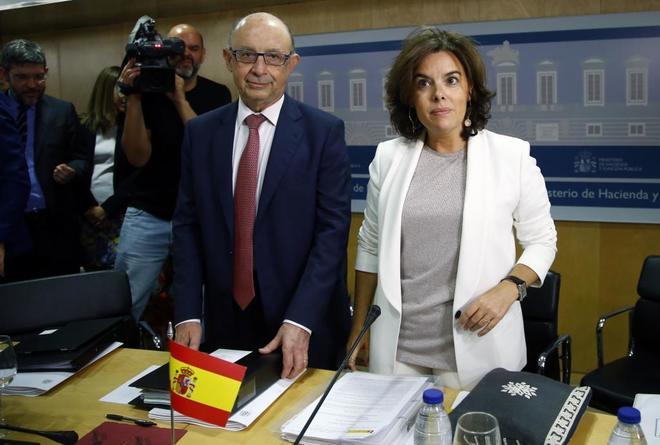 Cristóbal Montoro y Soraya Sáenz de Santamaría, este jueves en el...