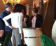 Luis Miguel Rodríguez, junto a una amiga en un conocido restaurante de Madrid.