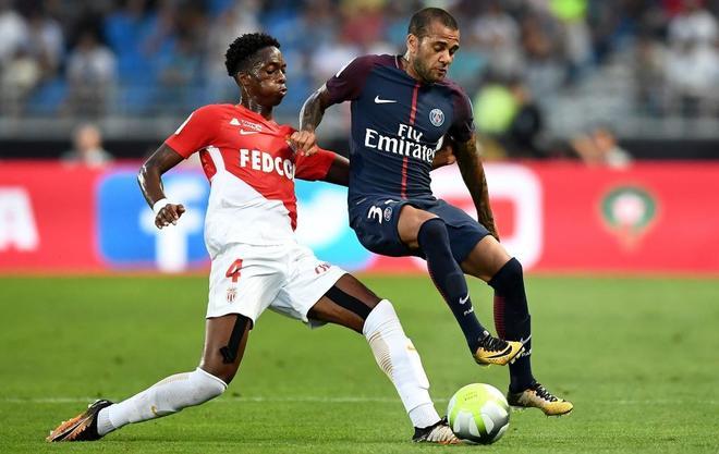 Alves, ante Kongolo, del Mónaco, en la Supercopa francesa disputada en Tánger.