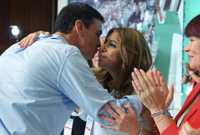 Susana Díaz felicitada ayer por Pedro Sánchez tras ser reelegida...
