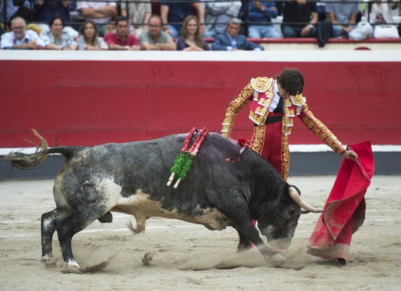 El diestro de Linares se encaja para torear al natural ante el complicado primero