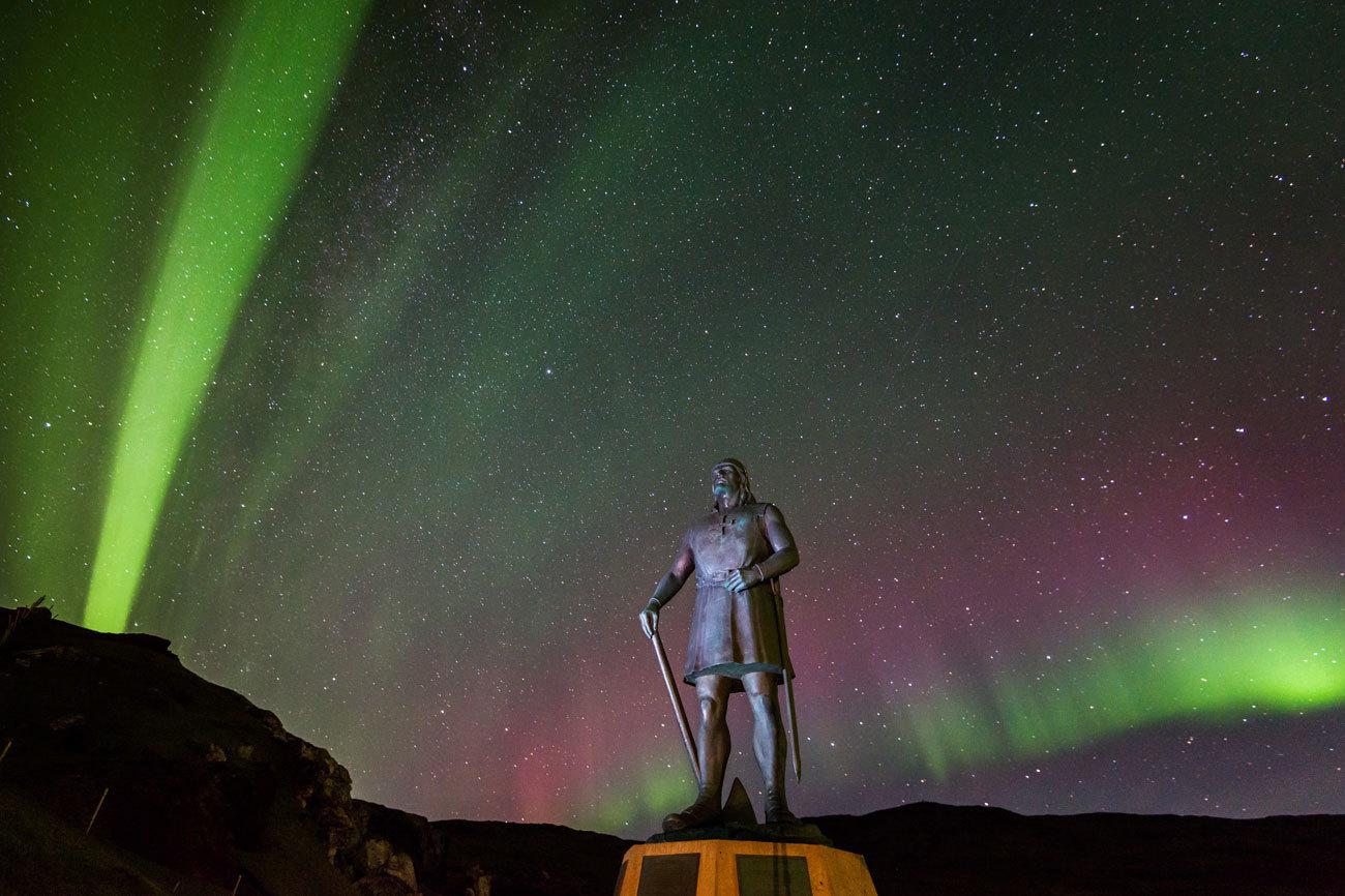 La estatua de Leif Erikson protege vigilante el pueblo de Qassiarsuk...