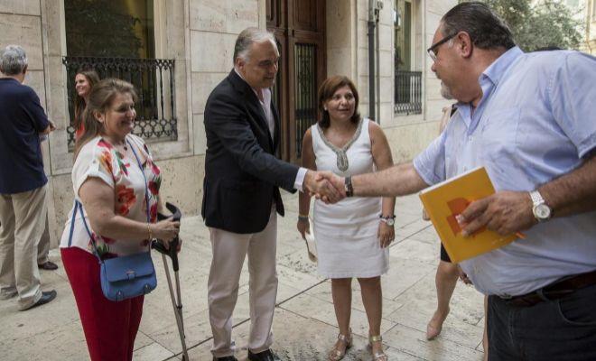 La Síndica del Grupo Popular en les Corts, Isabel Bonig, y el portavoz del PP en el Parlamento Europeo, Esteban González Pons, se reúnen con colectivos educativos.