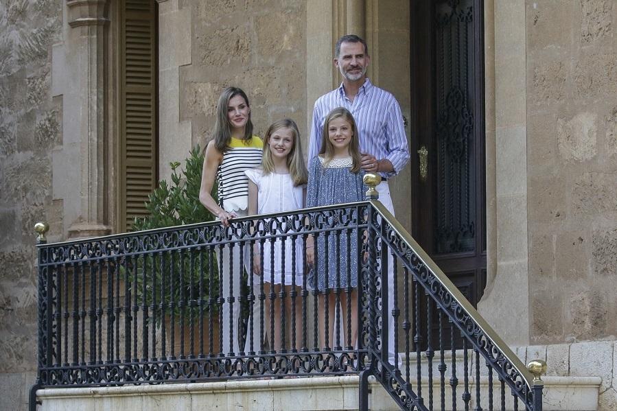 La Familia Real posa en las escaleras de su residencia con un look...