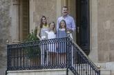 La Familia Real posa en las escaleras de su residencia con un 'look'...