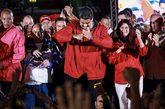 El presidente de Venezuela, Nicolás Maduro, celebra los resultados...