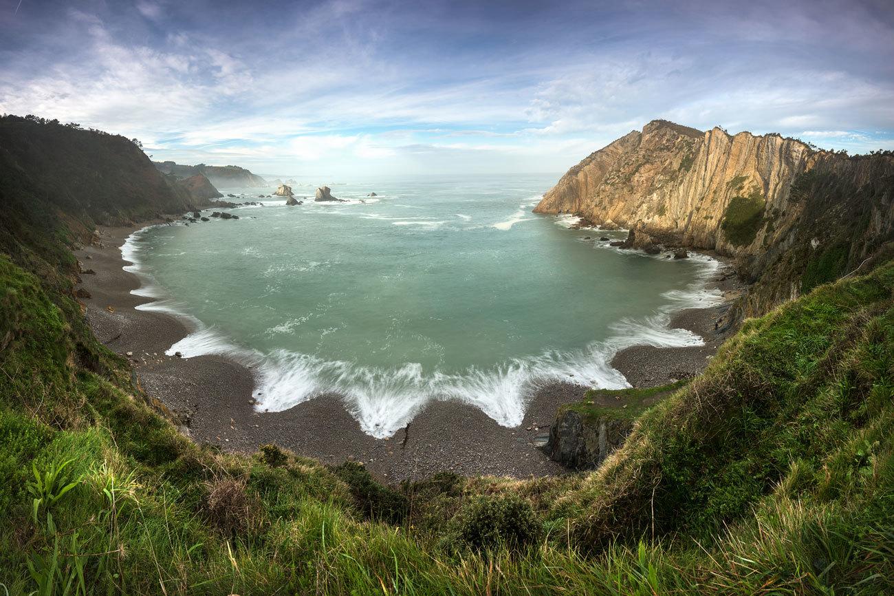 La playa del Silencio se ubica en el municipio de Cudillero, de...