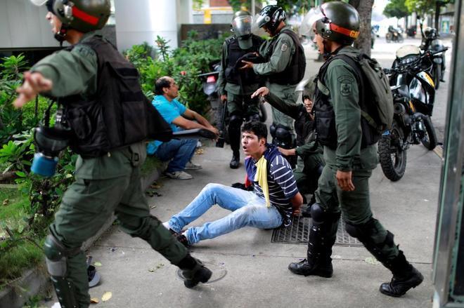 Un manifestante opositor es detenido durante una protesta contra el gobierno de Nicolás Maduro, en Caracas.