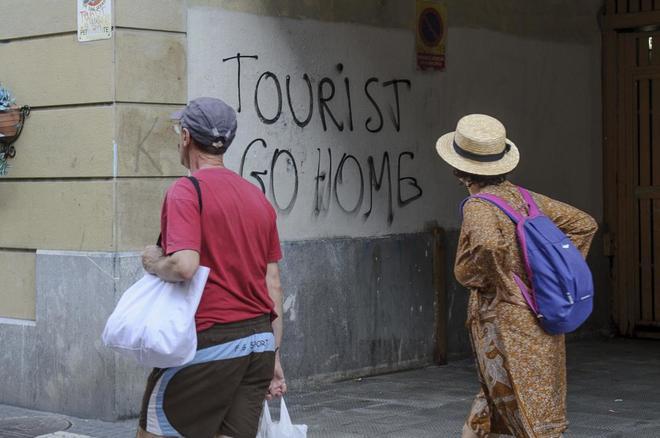 """Pintada con la frase """"Fuera turistas"""" en la Parte Vieja de San..."""